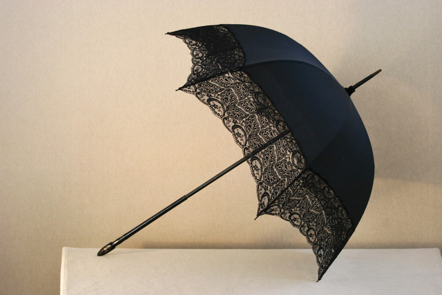 Black-silk-and-lace-umbrella